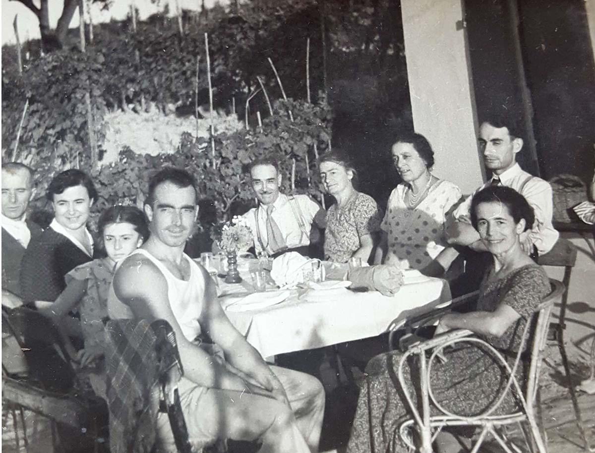 In primo piano Francesco Fissore e Maria Prandi con famiglia, proprietari del cinema dopo i coniugi Dacomo e prima della vendita a Florindo Cantamessa.